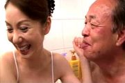 老人旦那と風呂場でイチャつきフェラ抜きする美人妻!英里奈