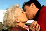 青年に突然キスされ吐息を漏らす白髪の九十路熟女のお婆ちゃん