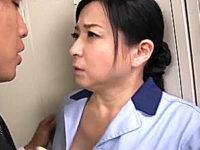 ムッチリした掃除のおばさんが更衣室で若い男性社員に迫られ連続アヘ顔イキ!倉本雪音