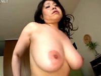 大迫力でピンク乳首の垂れ巨乳を揺らす五十路熟女!水野淑恵