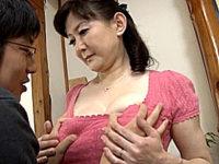 超垂れ乳の五十路熟女が息子二人と温泉旅行でやりまくり!大野実花