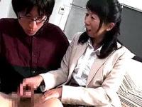 「こんなに立派になっちゃって〜」地味顔のおばさんが思春期の男の子をフェラ抜き!岡村由希