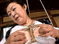 縄で後ろ手に縛られ和姦される還暦熟女の母親が快楽堕ち「お父さんよりスゴイわ〜」西尾みずえ