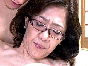 メガネ還暦熟女が夫の出張中に息子に高速ピストンされ中出しエッチ!小田原信子