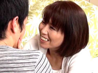 細身で貧乳の熟女母が息子の同級生を痴女って中出しエッチ!高坂紀子