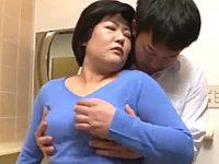 ごく普通のポッチャリ熟女が夫の部下を誘惑して中出しエッチ!花山とも子