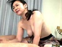 童貞筆下ろしで足指とアナルを舐め回すピンク乳首の還暦熟女!神田千枝