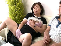 母子相姦ゲームで興奮した五十路母が鼻の穴を膨らませてアヘ顔大絶叫!息子の巨根で突かれ中出しエッチ!柳田和美