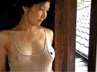 ノーブラのハミ乳で庭師を誘い自宅不倫する発情人妻!今井ゆり
