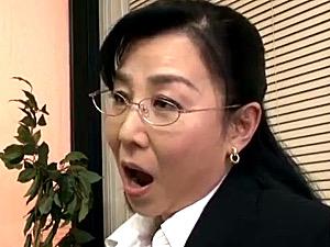 男子生徒の童貞を奪うメガネ熟女のドスケベ校長!三井彩乃