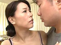 細身の貧乳美熟女が友人の息子に激しく突かれ絶叫中出しエッチ!井上綾子