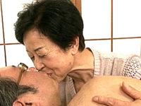 七十路熟女の祖母が若い孫に中出し高速ピストンされヘロヘロ!田原伸江