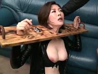 さらし台で拘束されイラマチオ口内発射される美熟女!羽鳥澄香