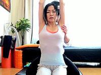 五十路美熟女が自宅で筋肉マッチョのインストラクターに激ピストンされ悲鳴をあげる!真弓あずさ