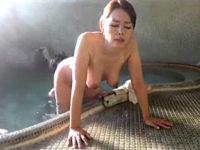 混浴温泉で浮気エッチしてしまう垂れ乳の五十路美熟女!若松かをり