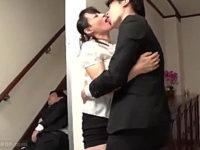 黒乳首の美魔女人妻が夫の側で部下に寝取られアヘアヘ!安野由美