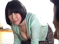 夫の側で絶倫息子にくたびれた体を寝取られる五十路熟女の母親!大森涼子