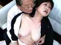 喪服姿の還暦熟女が3P凌辱でムッチリ巨乳ボディを弄ばれる!日野麻理子