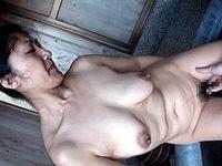 黒乳首の垂れ乳バツイチ熟女が温泉旅行で連続オーガズム!藤沢芳恵