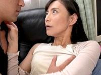 剛毛なマン毛を持つ美熟女が夫の弟と禁断の浮気エッチ!平岡里枝子