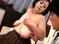 お腹に届く超垂れ乳の還暦熟女が肉布団を揺らし中出しエッチ!茂木芳江