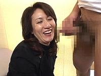 「若いおチンチン見るの久しぶり〜」色めき立つ熟女のセンズリ鑑賞!大城真澄