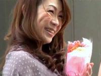 若いイケメンに花束をプレゼントされ舞い上がる茶髪熟女!マン毛ボーボーの膣奥を突かれ深くマジイキ!