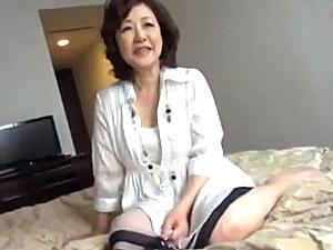 ナンパしたセレブ還暦熟女がピンク乳首の垂れ乳を揺らし絶叫!内田典子