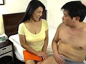 「勃起してカチカチですよ〜」ミニスカのエロケバい巨乳熟女が乳首舐めしながらの手コキ抜き!霧島ゆかり