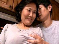 荒い息遣いで苦しそうに若いペニスを受け入れる還暦熟女の母親!富士さかゑ
