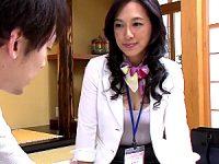 妖艶な五十路熟女の保険外交員が若い男を中出し枕営業!服部圭子
