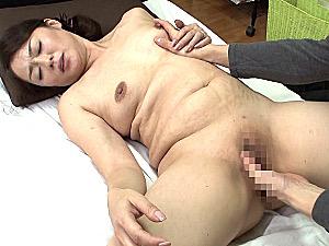 妊娠線の三段腹が目立つパイパン母が息子に激しく突かれビクビク痙攣イキ!栗野葉子