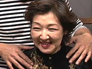 酒焼け声の七十路熟女が若い男に高速ピストンされ中出し3Pエッチ!豊田伸枝