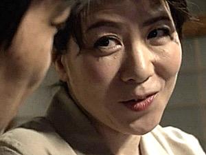 夫の出張中に郵便配達員を挑発して浮気エッチするピンク乳首の巨乳五十路人妻!大石忍