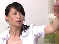 若い患者の射精をお手伝いするはずが興奮して股がっちゃう美魔女ナース!安野由美