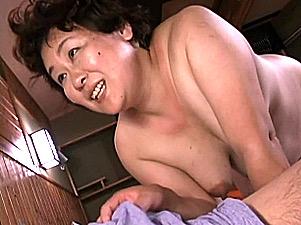 「お母さん壊れちゃう〜」超豊満な還暦熟女が息子と中出し肉弾ファック!福田奈々子