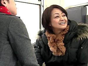 笑顔がチャーミングな還暦熟女の母親を温泉旅行で抱く息子!岩下菜津子