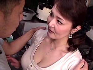 デカ乳輪の爆乳を息子に吸われ禁断の一線を越えてしまう五十路母!藤倉玲子