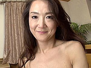 初めてのセンズリ鑑賞でパンティをベットリ濡らす妖艶な初撮り五十路熟女!加瀬奈緒美