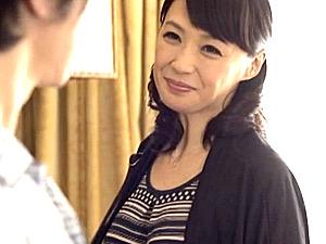 ママ友の息子を痴女る黒乳首でドスケベな美魔女!安野由美