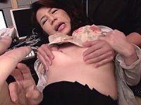 「あなた気持ちいい〜」旦那の前でNTRを見せつける五十路妻!若いセフレに調教されアヘアヘ!二ノ宮慶子