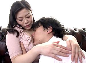 思春期の息子にイカされまくるポッチャリ爆乳の敏感ママ!北条アミ