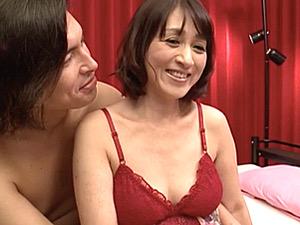 地味で奥手な独身五十路熟女が初撮りで念願の3P潮吹きエッチ!小田しおり