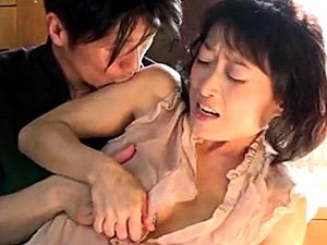 ノーブラで乳首の浮き出た五十路母が息子に押し倒されイカされる!