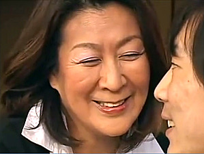 還暦の叔母が甥を誘惑して若いチンポを味わい中出しさせる!福田信子