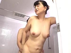 義理息子の勃起したままの若いペニスに堕ちる継母!浅井舞香