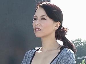 貧乳で浮ブラしている熟女教師が男子生徒と学校で禁断エッチ!井上綾子