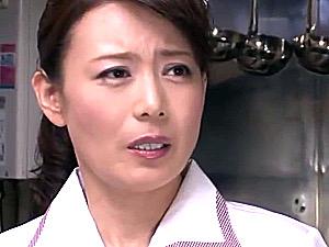 パート先のファミレスで大学生と浮気に溺れる美魔女人妻!三浦恵理子