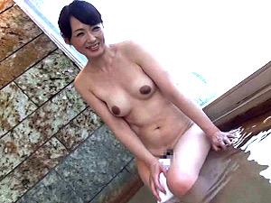 「癖になっちゃう」浮気旅行でオンナに目覚めた黒乳首の五十路美魔女!安野由美