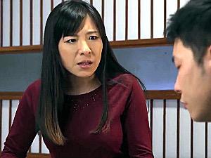 「やめなさい!ああぁ〜」思春期の息子に押し倒され鳴かされまくる五十路母!和久井智美